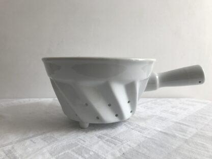 Wit aardewerken vergiet